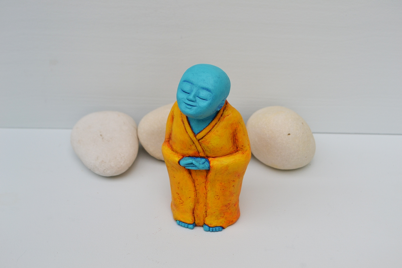 Koshin_-_monk_sculpture_statue_blue_yellow_orange_buddhism_hindu_meditating_buddha_meditation_2