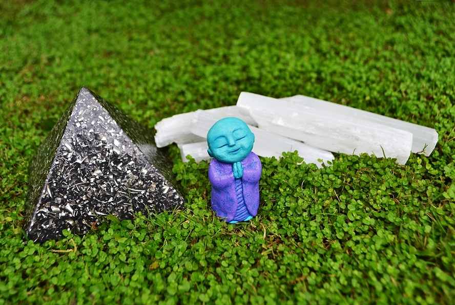 myoki_blue_purple_crystals_orgonite_monk_extraterrestrial_sculpture_art_nature_entity_rick_rattue